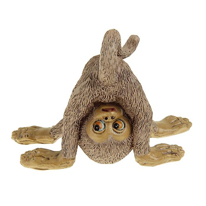 Сувенир-миниатюра Sima-land Обезьянка на голове, 6,2 см х 6 см х 8 см1052276Сувенир-миниатюра Sima-land Обезьянка на голове выполнен из полистоуна в виде забавной обезьянки, стоящей на голове. Он привлекает к себе внимание и буквально умиляет, заставляя улыбнуться. Такой сувенир станет отличным подарком родным или друзьям на Новый год, а также он украсит интерьер вашего дома или офиса.