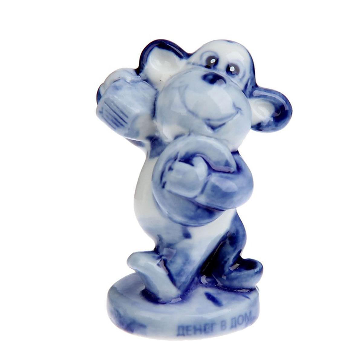 Статуэтка Sima-land Денег в дом - богатая обезьянка, высота 7 см1108760Статуэтка Sima-land Денег в дом - богатая обезьянка выполнена из керамики под гжель в виде забавной обезьянки. Она привлекает к себе внимание и буквально умиляет, заставляя улыбнуться. Такой сувенир станет отличным подарком родным или друзьям на Новый год, а также он украсит интерьер вашего дома или офиса.
