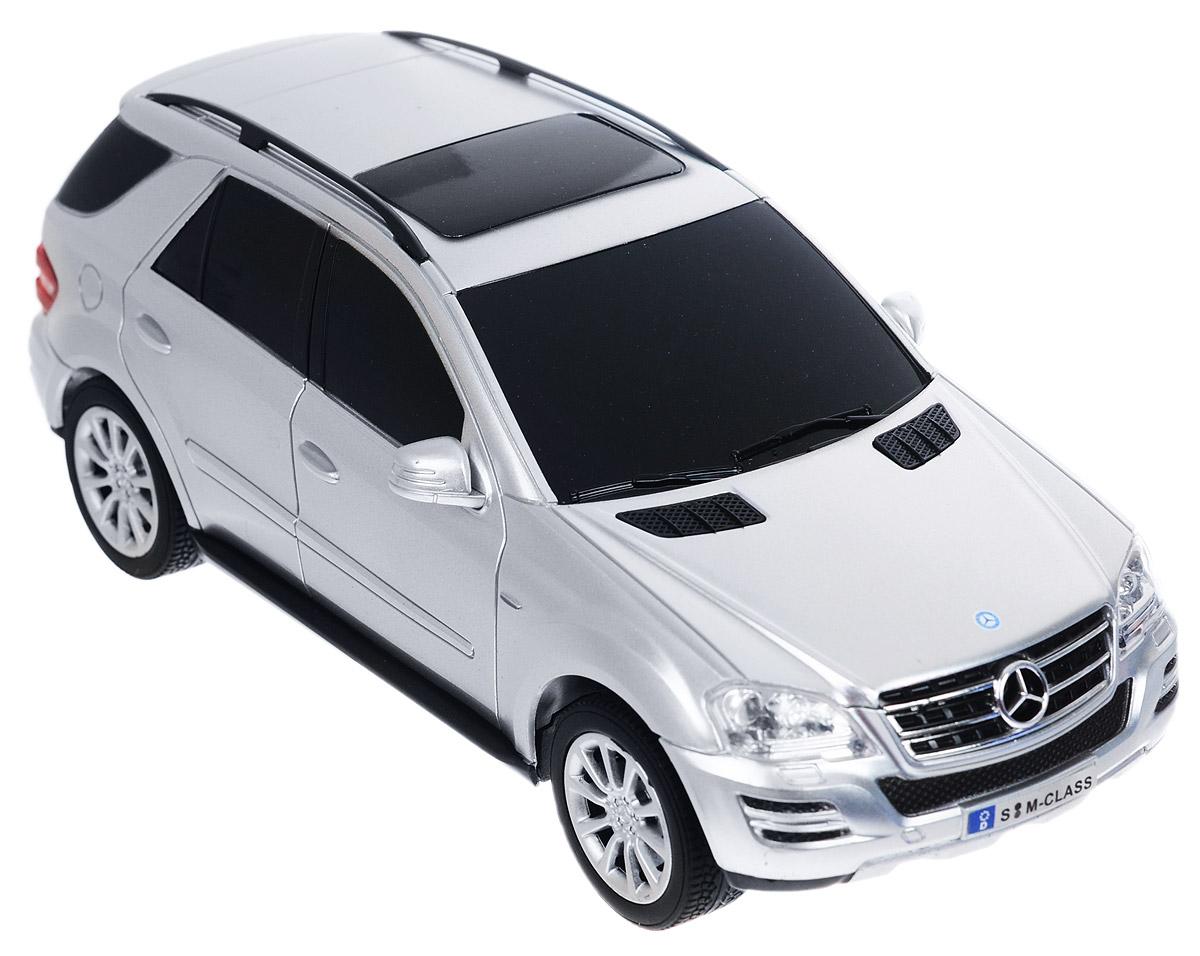 TopGear Радиоуправляемая модель Mercedes-Benz M350 цвет серебристый масштаб 1:24Т56686_серВсе мальчишки любят мощные крутые тачки! Особенно, если это дорогие машины известной марки, которые, проезжая по улице, обращают на себя восторженные взгляды пешеходов. Радиоуправляемая модель TopGear Mercedes-Benz M350 - это детальная копия существующего автомобиля в масштабе 1:24. Машинка изготовлена из прочного легкого пластика; колеса прорезинены. При движении передние и задние фары машины светятся. При помощи пульта управления автомобиль может перемещаться вперед, дает задний ход, поворачивает влево и вправо (в том числе и задним ходом), останавливается. Встроенные амортизаторы обеспечивают комфортное движение. В комплект входят машинка, пульт управления, зарядное устройство (время зарядки составляет 4-5 часов), аккумулятор и 2 батарейки. Автомобиль отличается потрясающей маневренностью и динамикой. Ваш ребенок часами будет играть с моделью, устраивая захватывающие гонки. Машина работает от аккумулятора 500 mAh напряжением 3,6V (входит в...
