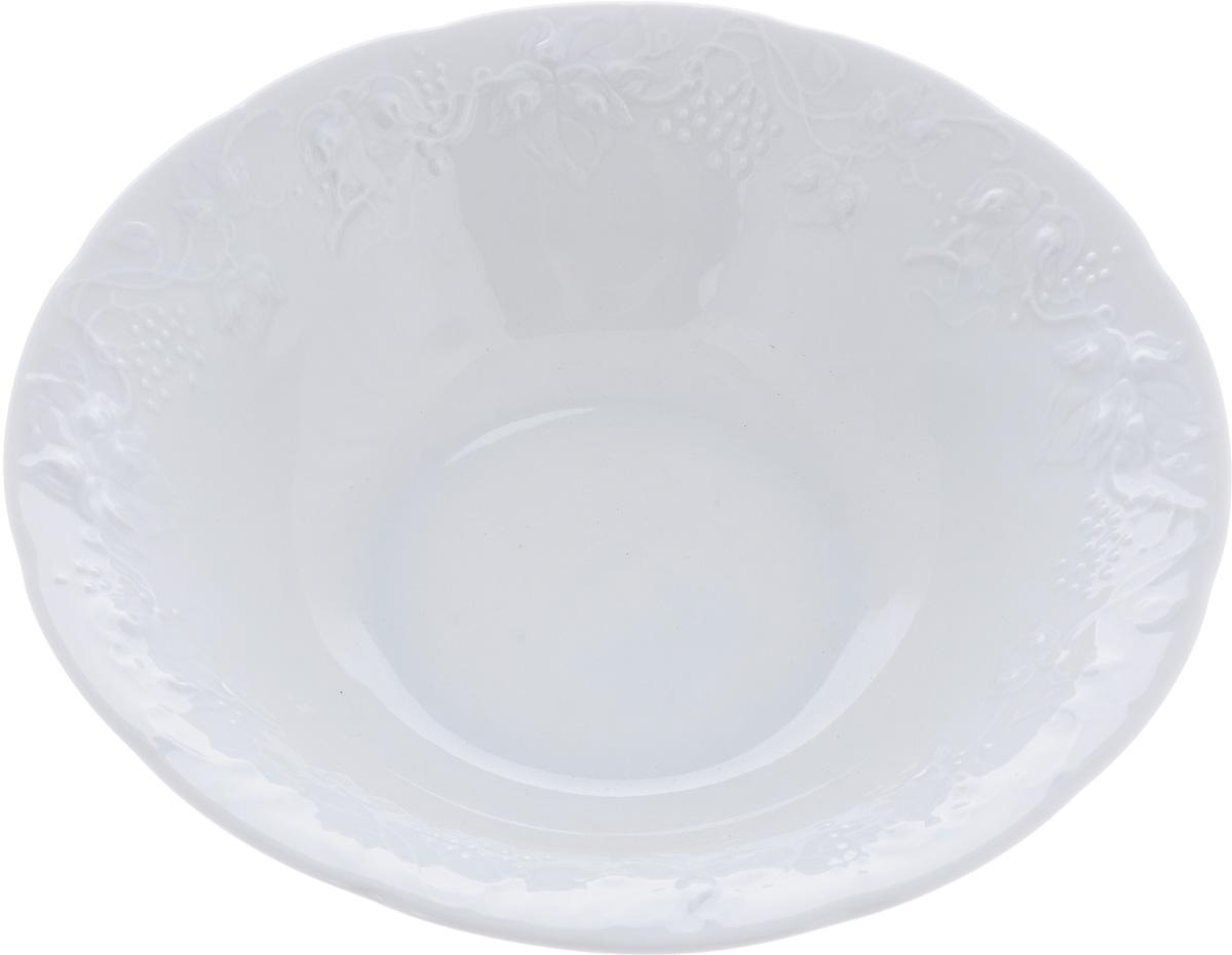 Салатник La Rose Des Sables Vendanges, цвет: белый, диаметр 26 см691625Салатник La Rose Des Sables Vendanges - прекрасное дополнение праздничного стола. Изделие выполнено из высококачественного фарфора и украшено изысканным орнаментом. Фарфор марки La Rose Des Sables изготавливается из уникальной белой глины, которая добывается во Франции, в знаменитой провинции Лимож. Особые свойства этой глины, открытые еще в 18 веке, позволяют создать удивительно тонкую, легкую и при этом прочную посуду. Лиможский фарфор известен по всему миру. Это символ утонченности, аристократизма и знак высокого вкуса. Продукция импортируется в европейские страны и производится под брендом La Rose des Sables, что в переводе означает Роза песков. Преимущества этого фарфора заключаются в устойчивости к сколам и трещинам, что возможно благодаря двойному термическому обжигу. Посуда имеет маркировку Pate de Limoges, подтверждающую, что сырье для ее изготовления добыто именно в провинции Лимож, а качество соответствует европейским стандартам. Производство...