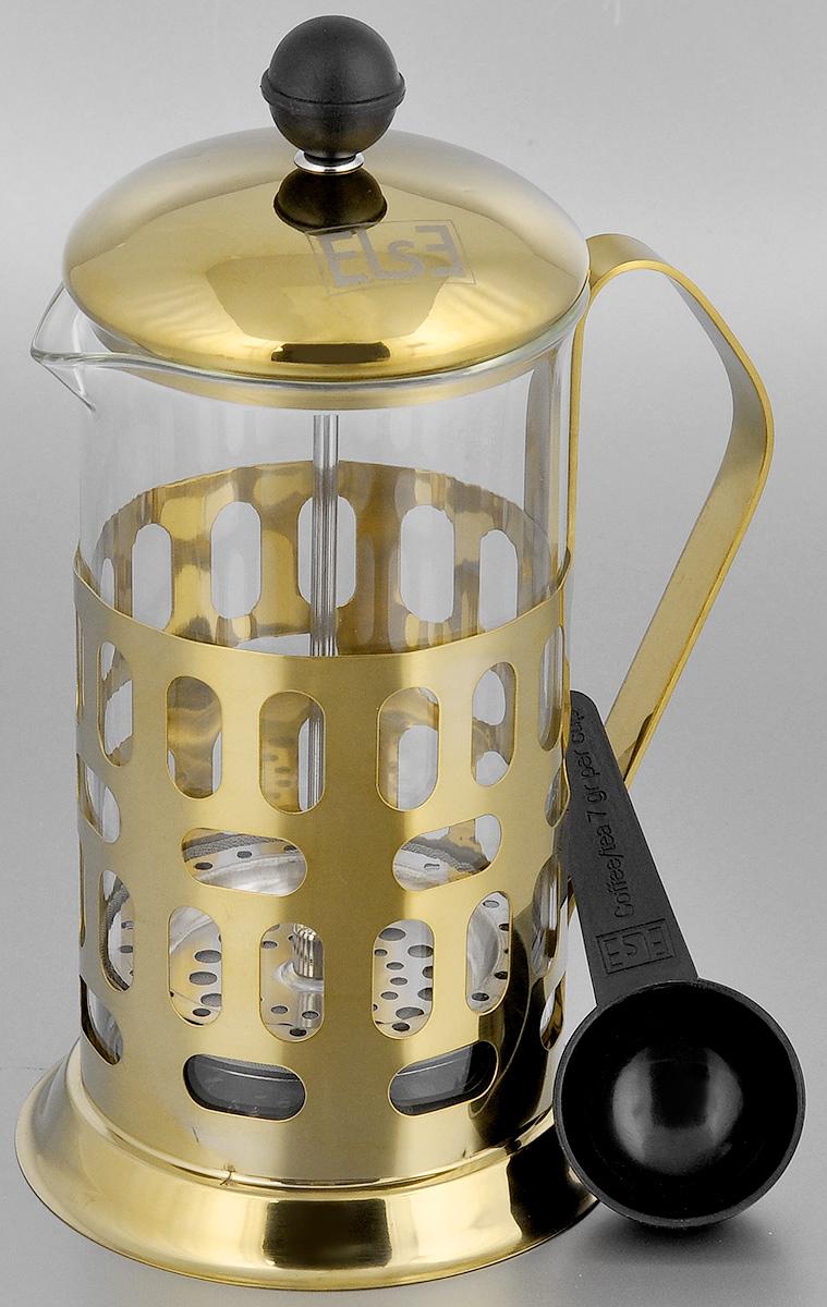 Френч-пресс Else Caire, с ложкой, цвет: золотистый, 600 млB560G(600)Френч-пресс Else Caire поможет приготовить вкусный ароматный чай или кофе. Им очень легко пользоваться: засыпьте внутрь заварку, залейте водой, накройте крышкой с поднятым поршнем, дайте настояться и затем медленно опустите поршень. Таким образом напиток заваривается без чаинок. Колба изготовлена из жаропрочного стекла, устойчивого к царапинам и термошоку. Колба выполнена по технологии антикапля: верхний край и носик имеют специальный усиленный ободок, который препятствует скатыванию капель по наружной стенке чайника. Капля не падает с носика чайника, а втягивается обратно. Корпус выполнен из нержавеющей стали с хромированным покрытием и оформлен перфорацией в виде чашек кофе. Точечная спайка металлических частей производится по технологии invisible, которая делает места соединения деталей незаметными. Полировка с использованием специальных паст на основе натуральных компонентов придает изделию ослепительный голубоватый блеск. Идеально...