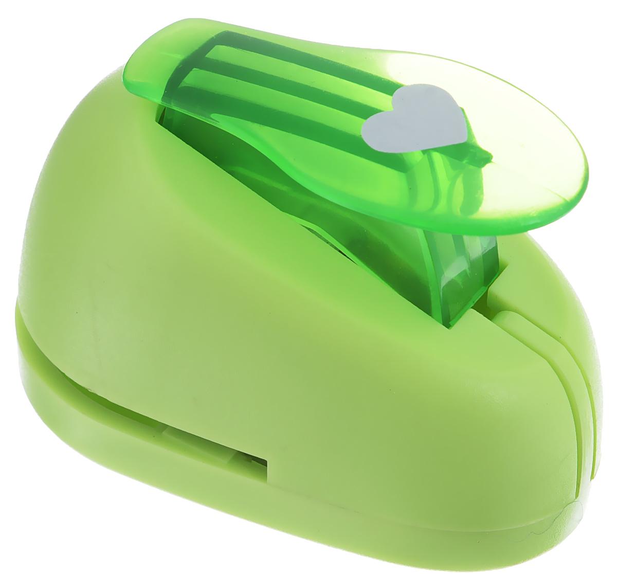 Дырокол фигурный Hobbyboom Сердце, №23, цвет: зеленый, 1 х 0,8 смCD-99XS-023_зеленыйФигурный дырокол Hobbyboom Сердце предназначен для создания творческих работ в технике скрапбукинг. С его помощью можно оригинально оформить открытки, украсить подарочные коробки, конверты, фотоальбомы. Дырокол вырезает из бумаги идеально ровные фигурки в виде сердец, также используется для прорезания фигурных отверстий в бумаге. Предназначен для бумаги определенной плотности - до 200 г/м2. При применении на бумаге большей плотности или на картоне дырокол быстро затупится. Чтобы заточить нож компостера, нужно прокомпостировать самую тонкую наждачку. Чтобы смазать режущий механизм - парафинированную бумагу. Порядок работы: вставьте лист бумаги или картона в дырокол и надавите рычаг. Размер вырезаемой части: 1 см х 0,8 см.