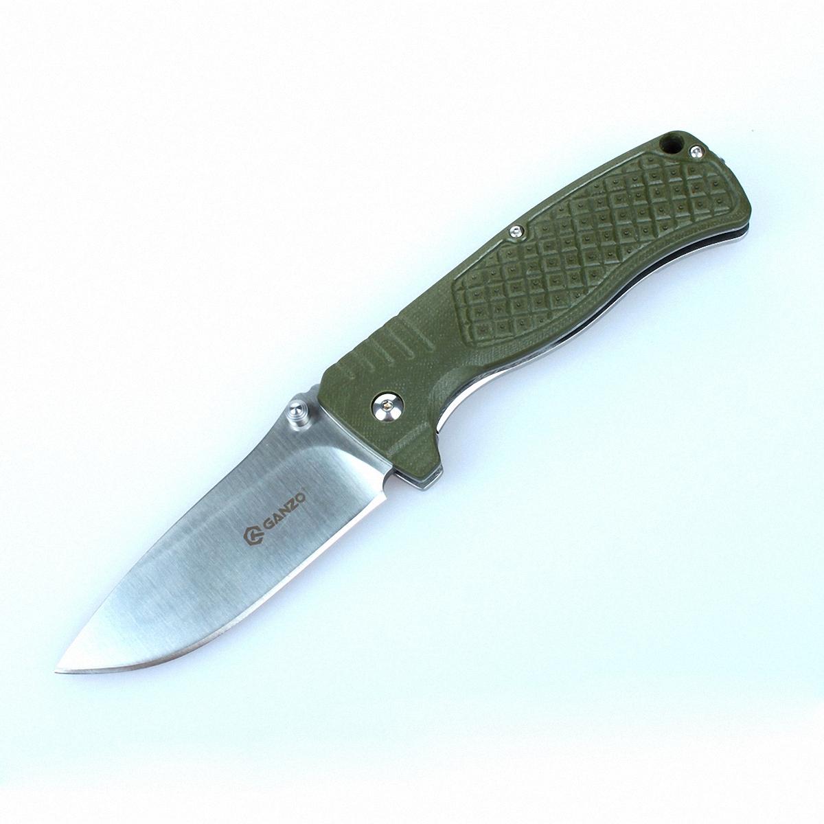 Нож Ganzo G722 зеленыйG722-GRОсновные черты ножа Ganzo 722 — это практичность и надежность. Именно им подчинены все остальные качества этой складной модели. А потому, Ganzo 722 прекрасно подойдет в качестве ножа для использования во время отдыха за городом. Он ни при каких условиях не подведет своего владельца и станет ему верным помощником в выполнении самых разных задач, возникающих на рыбалке, на охоте, в туристическом походе и т.д. Лезвие ножа Ganzo 722 сделано из прочной стали 440С. Ее твердость по шкале Роквелла составляет 58 единиц. Это качество говорит о том, что сталь довольно долго держит заточку, а это немаловажно, если вы не берете с собою на природу точилку. Длина клинка составляет 9 см, а его толщина со стороны обуха — 0,4 см. Хотя любой нож рекомендуется хранить сухим и чистым, эта модель не заржавеет после выезда на рыбалку или длительного использования в условиях сырости, ведь клинок сделан из нержавейки. Рукоятка ножа также частично выполнена из металла. Другим же материалом для ее...