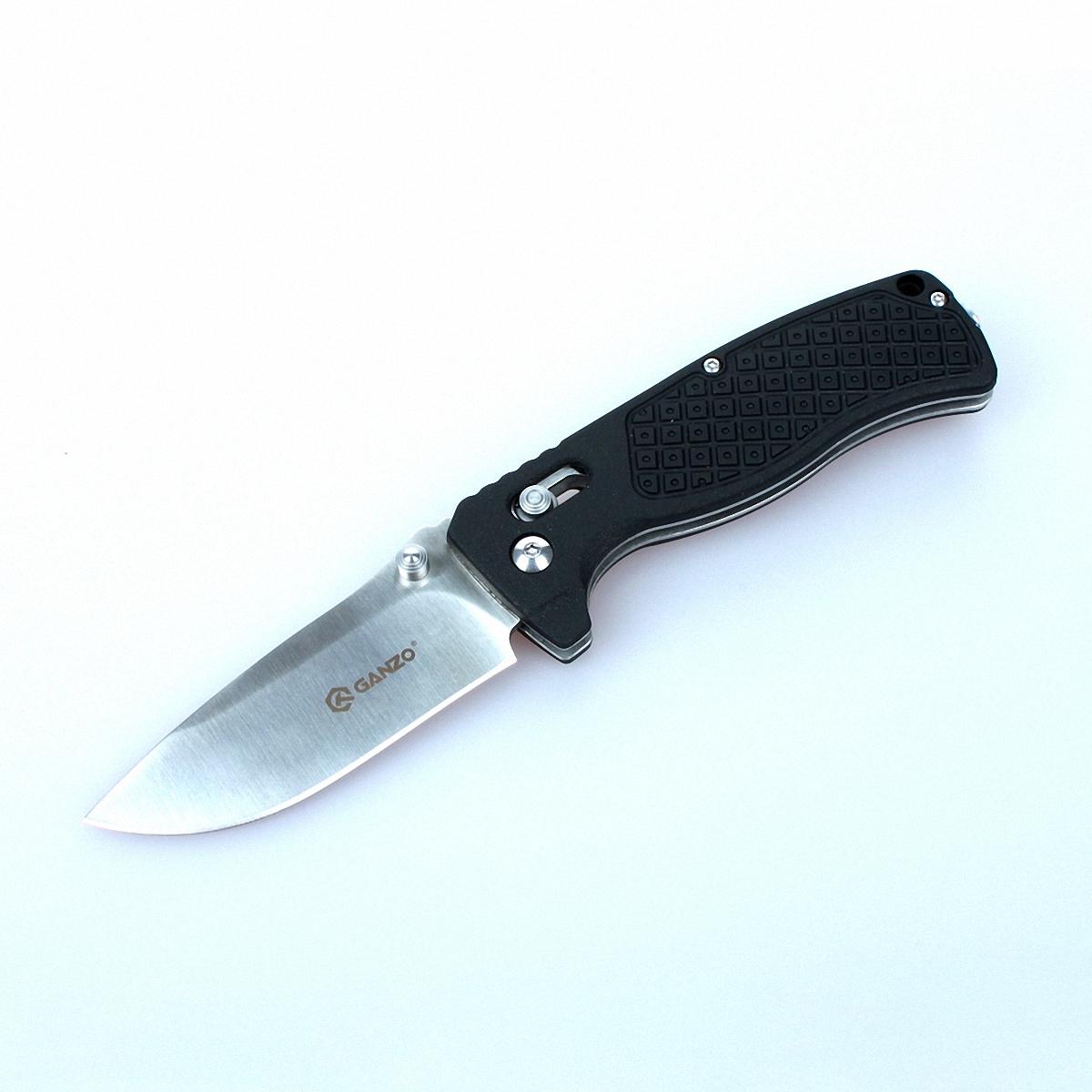 Нож Ganzo G724M черныйG724M-BKНож Ganzo 724M — универсальная модель. Он отлично подойдет для туристических целей и в качестве городского карманного ножа. Лезвие клинка гладко заточено, а его длина составляет 80 мм. К обуху клинок расширяется до 3 мм. Ним удобно приготовить бутерброды на обед, выполнить подсобные работы на рыбалке или в туристическом лагере. Преимущество ножа Ganzo 724M в том, что для него использована марка твердой нержавеющей стали 440С. Этот металл отлично сохраняет свои качества в полевых условиях, когда нож часто используется в сырости. Помимо того, нож из стали 440С не требуется часто подтачивать, а в случае необходимости, это легко сделать с помощью любой карманной точилки. Форма рукоятки выбрана таким образом, чтобы нож удобно лежал в руке. Более того, покрытая текстурным узором поверхность способствует крепкому удержанию ножа даже во влажной ладони. Материалом для накладок на ручку ножа Ganzo 724M служит армированный стекловолокном нейлон. Это новый прочный материал, выдерживающий высокие...
