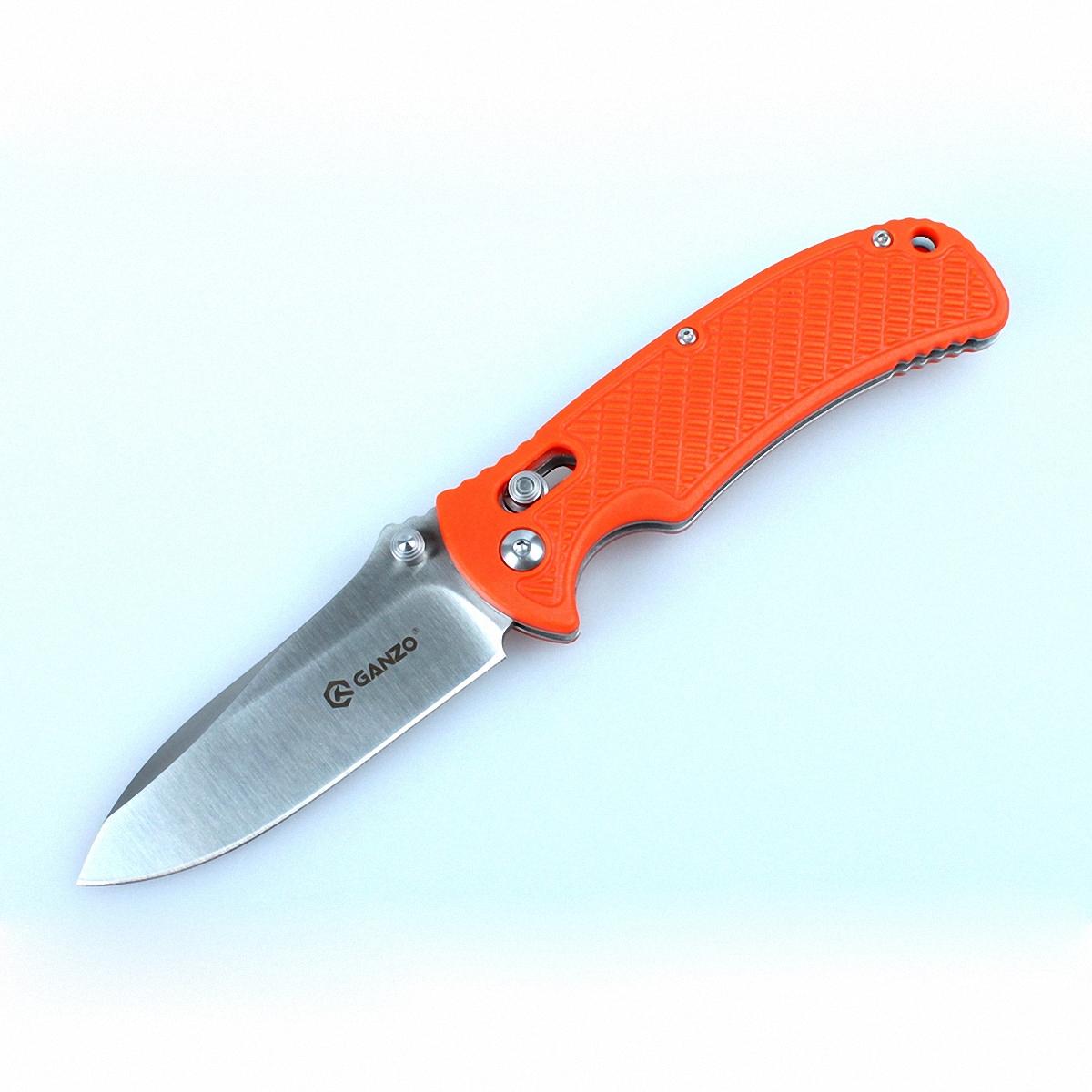 Нож Ganzo G726M оранжевыйG726M-ORКомпания Ganzo пополнила линейку универсальных складных ножей моделью Ganzo 726M. Этот нож предназначается для использования в любых туристических условиях или же как практичная городская модель. Его основные черты — это практичность, долговечность, удобство в использовании и стойкость к основным негативным факторам воздействия, в том числе — к ржавлению. Основной материал для производства ножа Ganzo 726M — это нержавеющая сталь 440С, которая получила широкое распространение в ножевой индустрии. Это одновременно прочный и стойкий к коррозии сплав. Твердость стали 440С оценивается на уровне +-58 единиц по шкале Роквелла. Нож из этого металла не нуждается в особенно тщательном уходе и долгое время остается острым после затачивания. В данной модели длина лезвия составляет 8,5 см при общей длине ножа 19 см. Но с закрытым клинком габариты инструмента уменьшаются до 10,5 см в длину. Клинок гладко заточен, что позволяет работать этим ножом с большинством распространенных материалов. В том...