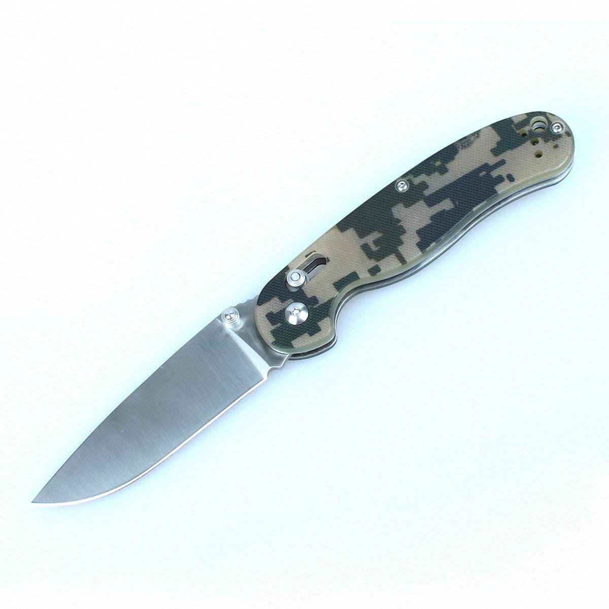 Нож Ganzo G727M камуфляжG727M-CAОбласть применения Ganzo 727M достаточно широка благодаря тому, что это карманный нож, который вполне безопасно переносить и удобно использовать. Его можно взять в качестве помощника на рыбалку или в туристический поход, на охоту, на пикник или велопрогулку. В городе нож также может оказаться очень полезен, если вам понадобится разрезать яблоко, упаковку своих покупок или же решить другие задачи. Лезвие ножа сделано из нержавеющей стали, что также большой плюс для ножа, который используется на природе. В данной модели используется марка стали 440С, которая помимо высокой сопротивляемости коррозии отличается еще и довольно большой твердостью (около 58 единиц Роквелла). Заточен нож гладко, что дает возможность резать ним практически любые продукты и материалы. Ganzo 727M долго остается острым и легко затачивается даже при помощи карманной точилки в полевых условиях. Размеры клинка составляют 8,9 см при общих габаритах ножа 21 см. Зато в сложенном положении инструмент имеет размеры...