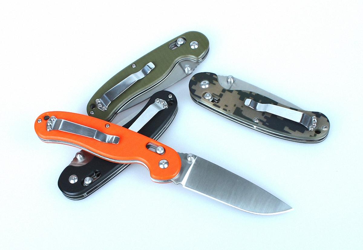Нож Ganzo G727M черныйG727M-BKОбласть применения Ganzo 727M достаточно широка благодаря тому, что это карманный нож, который вполне безопасно переносить и удобно использовать. Его можно взять в качестве помощника на рыбалку или в туристический поход, на охоту, на пикник или велопрогулку. В городе нож также может оказаться очень полезен, если вам понадобится разрезать яблоко, упаковку своих покупок или же решить другие задачи. Лезвие ножа сделано из нержавеющей стали, что также большой плюс для ножа, который используется на природе. В данной модели используется марка стали 440С, которая помимо высокой сопротивляемости коррозии отличается еще и довольно большой твердостью (около 58 единиц Роквелла). Заточен нож гладко, что дает возможность резать ним практически любые продукты и материалы. Ganzo 727M долго остается острым и легко затачивается даже при помощи карманной точилки в полевых условиях. Размеры клинка составляют 8,9 см при общих габаритах ножа 21 см. Зато в сложенном положении инструмент имеет размеры...