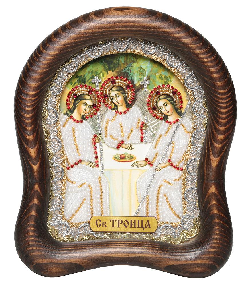 Икона Святая Троица, размер: 19,5*16см., 7_15_197_15_19Православная икона Дивеевские иконы - это не только качественная ручная работа мастеров, но и вложенная в них негасимая любовь. Особенно это чувствуется, когда на икону попадают солнечные лучи - она озаряется внутренним светом и теплом, излучая его в окружающее пространство. Такие иконы подарят Вам и Вашему дому теплый свет благословения, а также могут передаваться по наследству как семейная реликвия и родовой оберег. Непревзойденное качество, вложенная любовь и благословение превращают эти иконы в настоящее произведение искусства, дарящее чудо причастности к духовному миру. Материал: Оклад из массива сосны, внутренний оклад из гипса, бисер, стразы, натуральные камни.