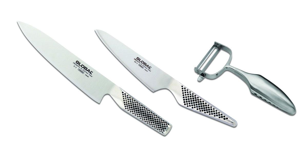 Набор ножей Global, 3 предмета. G-23680G-23680В набор входят следующие ножи: Нож кухонный Global, длина лезвия 20 см (артикул: G-2); Нож кухонный Global, длина лезвия 13 см (артикул: GS-3); Овощечистка Global (артикул: GS-68). Бренд Global выбор многих поваров со всего мира, ножи этого производителя известны своей универсальностью и исключительной ловкостью. Отличительной чертой японских ножей Global являются их рукоятки и уникальная бесшовная конструкция. Рукоятки и лезвия изготовлены из одного, цельного полотна нержавеющей стали, что делает ножи максимально гигиеничными и прочными. На них не скапливается грязь, и их очень легко мыть. Покрытие рукоятки специальными ямочками-впадинами, обеспечивает удобный и надежный захват. Лезвие изготовлено из специального материала Cromova 18 Sanso, который состоит из трех слоев нержавеющей стали (центрального и двух боковых). Центральный слой режущей поверхности сделан из нержавеющей стали Cromova 18 (хром, молибден, ванадий) с...