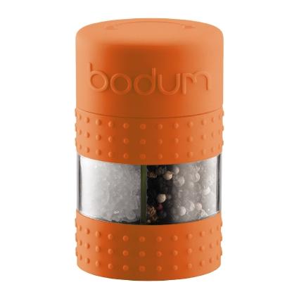 Мельница для перца и соли Bodum Bistro, цвет: оранжевыйA11368-116-Y15Мельница для соли и перца Bodum Bistro, выполненная из прозрачного стекла и пластика, резины и стали, позволяет солить и перчить одновременно - это превосходное партнерство. В верхней части мельницы имеется силиконовая вставка. Мельница легка в использовании: одним поворотом силиконовой части мельницы приспособление переключается с солонки на перечницу, и вы сможете поперчить или добавить соль по своему вкусу в любое блюдо. Прочный керамический механизм позволяет молоть практически без усилий. Благодаря прозрачной конструкции легко определить, когда соль или перец заканчиваются. Оригинальная мельница модного дизайна будет отлично смотреться на вашей кухне. Мельница уже содержит внутри соль и перец. Размер мельницы: 6,5 см х 6,5 см х 11 см.