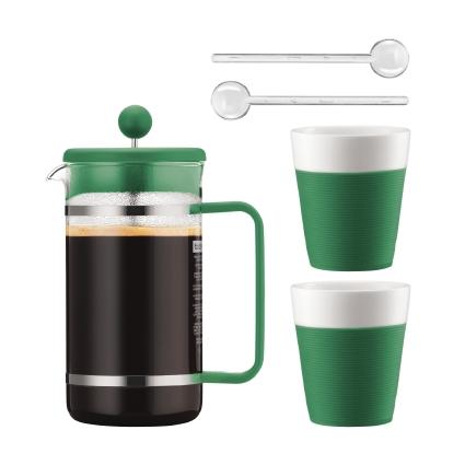 Набор кофейный Bodum Bistro, цвет: зеленый, белый, 5 предметовAK1508-825-Y15Сочетание эстетики стекла и пластика ярких цветов превращает Bodum Bistro в элегантный аксессуар, создающий атмосферу утонченности и уюта. Кофейник с френч-прессом, две кружки и удлиненные ложки для безопасного размешивания – набор из пяти предметов органично дополнит интерьер кухни или выступит отличным подарком на знаменательную дату. Колба кофейника и чашки Bodum Bistro изготовлены из боросиликатного стекла, устойчивого не только к высокой температуре, но и царапинам, потертостям и прочим мелким повреждениям. В набор входят: Кофейник с прессом, 1 л; 2 стакана по 300 мл; 2 мерные ложки.