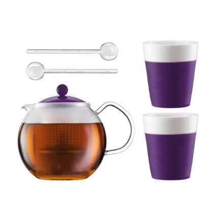 Набор чайный Bodum Assam 1.0 л 5 предметов фиолет., арт.AK1830-914-Y15AK1830-914-Y15Чайный набор Bodum Assam состоит из двух стаканов, двух ложек и чайника, выполненных из высококачественного стекла, фарфора и пластика. Элегантный дизайн набора придется по вкусу и ценителям классики, и тем, кто предпочитает утонченность и изысканность. Он настроит на позитивный лад и подарит хорошее настроение с самого утра. Чайный набор Bodum Assam идеально подойдет для сервировки стола и станет отличным подарком к любому празднику. Объем стакана: 300 мл. Диаметр стакана (по верхнему краю): 8,7 см. Высота стакана: 10,2 см. Объем чайника: 1 л. Диаметр чайника (по верхнему краю): 9,5 см. Высота чайника (без учета крышки): 12,5 см. Длина ложки: 14 см.