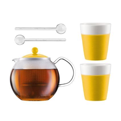 Набор чайный Bodum Assam 1.0 л 5 предметов желт., арт.AK1830-957-Y15AK1830-957-Y15Чайный набор Bodum Assam состоит из двух стаканов, двух ложек и чайника, выполненных из высококачественного стекла, фарфора и пластика. Элегантный дизайн набора придется по вкусу и ценителям классики, и тем, кто предпочитает утонченность и изысканность. Он настроит на позитивный лад и подарит хорошее настроение с самого утра. Чайный набор Bodum Assam идеально подойдет для сервировки стола и станет отличным подарком к любому празднику. Объем стакана: 300 мл. Диаметр стакана (по верхнему краю): 8,7 см. Высота стакана: 10,2 см. Объем чайника: 1 л. Диаметр чайника (по верхнему краю): 9,5 см. Высота чайника (без учета крышки): 12,5 см. Длина ложки: 14 см.
