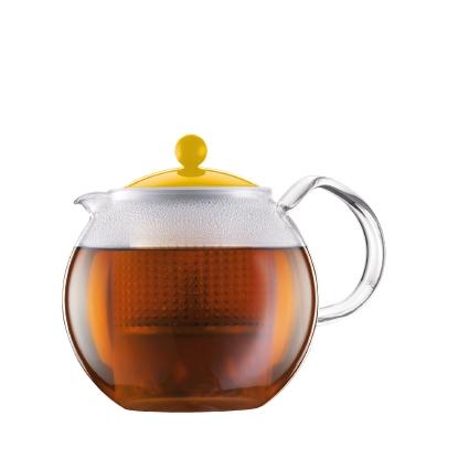 Чайник заварочный Bodum Assam, с фильтром, цвет: желтый, 1 лA1830-957-Y15Заварочный чайник Bodum Assam изготовлен из высококачественного стекла, пластика и нержавеющей стали. Изделие оснащено фильтром, благодаря которому задерживает чаинки и предотвращает попадание их в чашку. Прозрачный корпус обеспечивает легкую очистку. Чайник поможет заварить крепкий ароматный чай и великолепно украсит стол к чаепитию. Можно мыть в посудомоечной машине.
