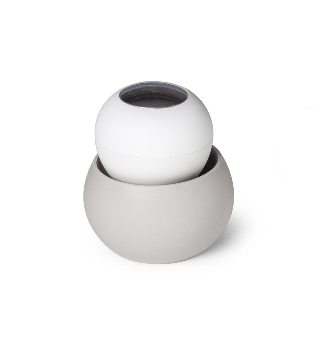 Щетка для мытья посуды SiliconeZone, цвет: серый, белый, 9 х 9,5 смSZ11-KS-11664-ABЩетка проста в использовании, ее ручка не скользит и легко помещается в руках, а мягкая нейлоновая щетина эффективно чистит. Нержавеющая сталь на крышке позволяет нейтрализовать любые запахи, которые руки могут приобретать во время чистки. Силиконовая подставка предназначена для сбора лишней воды, чтобы держать столешницу в чистоте все время.