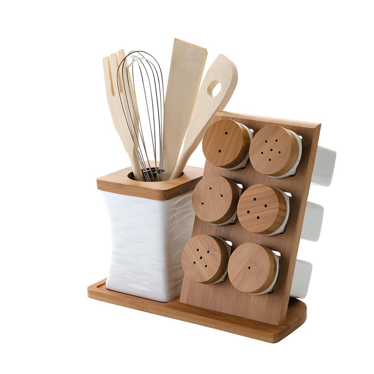 Набор кухонных принадлежностей Dekok, 12 предметовPW-2719Набор кухонных принадлежностей Dekok состоит из лопатки, ложки с отверстием, вилки, венчика, 3 солонок, 3 перечниц и двух подставок. Лопатка, вилка и ложка выполнены из дерева и предназначены для переворачивания и перемешивания различных блюд. Металлический венчик будет незаменим для приготовления теста или крема. Эти предметы хранятся в отдельной подставке в виде стакана, выполненной из фарфора и бамбука. Солонки и перечницы располагаются на подставке со специальными ячейками. Оригинальный дизайн, эстетичность и функциональность набора позволят ему стать достойным дополнением к кухонному инвентарю. Длина лопатки, вилки, ложки: 25,5 см. Длина венчика: 25 см. Размер подставки для приборов: 8,5 см х 8,5 см х 11,5 см. Высота солонки, перечницы: 9,2 см. Диаметр солонки, перечницы (по верхнему краю): 4,7 см. Размер подставки: 23,5 см х 10,8 см х 20 см.