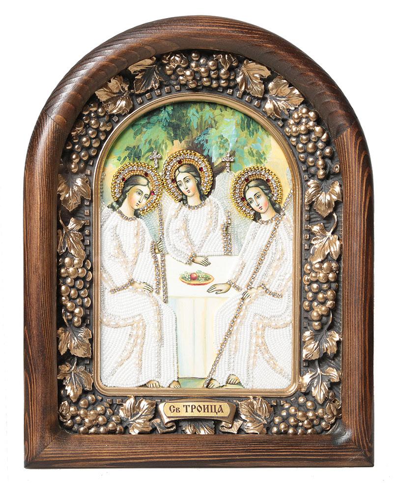 Икона Святая Троица, размер: 30*23,5см., 7_15_27_15_2Православная икона Дивеевские иконы - это не только качественная ручная работа мастеров, но и вложенная в них негасимая любовь. Особенно это чувствуется, когда на икону попадают солнечные лучи - она озаряется внутренним светом и теплом, излучая его в окружающее пространство. Такие иконы подарят Вам и Вашему дому теплый свет благословения, а также могут передаваться по наследству как семейная реликвия и родовой оберег. Непревзойденное качество, вложенная любовь и благословение превращают эти иконы в настоящее произведение искусства, дарящее чудо причастности к духовному миру. Материал: Оклад из массива сосны, внутренний оклад из гипса, бисер, стразы, натуральные камни, речной жемчуг.