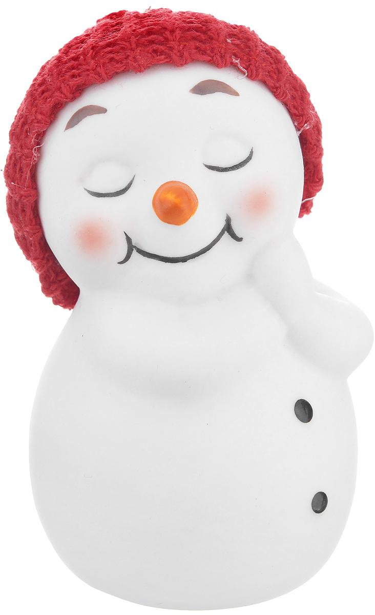 Новогодняя декоративная фигурка Феникс-Презент Счастливый снеговик, высота 7 см38335/120Новогодняя декоративная фигурка Феникс-Презент Счастливый снеговик выполнена из керамики в виде снеговичка в шапке. Такая оригинальная фигурка оформит интерьер вашего дома или офиса в преддверии Нового года. Оригинальный дизайн и красочное исполнение создадут праздничное настроение. Кроме того, это отличный вариант подарка для ваших близких и друзей.