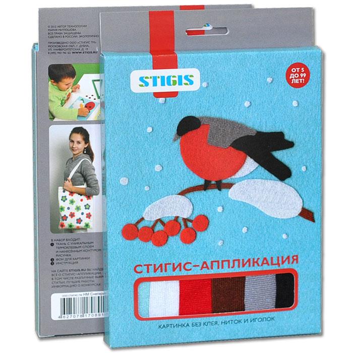 Stigis Стигис-аппликация СнегирьНМ СнегирьС помощью этого набора Ваш ребёнок сможет легко смастерить настоящую картинку из ткани. В набор входят кусочки ткани с уникальным термоклеевым слоем, на обратной стороне ткани уже нанесен контур рисунка. Всё, что должен уметь ребенок – это держать в руке ножницы, а если этого навыка ещё нет, то это отличный повод получить его! Специальная ткань легко режется и не сечётся. Благодаря ярким цветам и приятной фактуре аппликация получится красочной и уютной. Чтобы создать картинку, нужно вырезать элементы из ткани по контурам, разложить их на фоне и попросить маму прижать картинку утюгом. Готово! Предмет гордости можно подарить бабушке или повесить на стенку в детской.