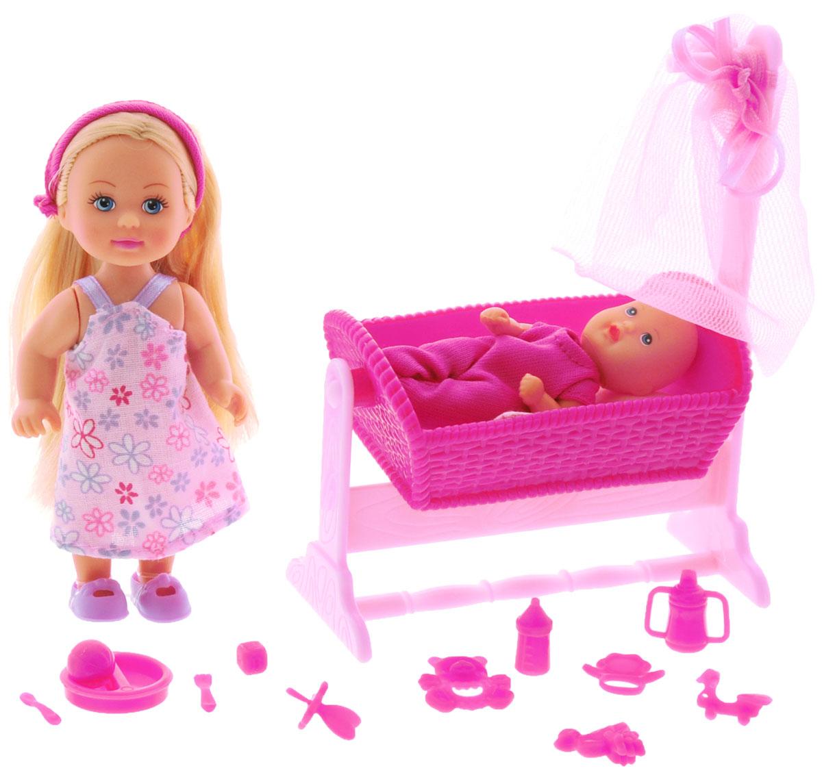 Simba Игровой набор Doll Cradle цвет темно-розовый5736242_темно-розовыйИгровой набор Simba Doll Cradle порадует любую девочку и надолго увлечет ее. В комплект входит кукла Еви, пупс-малыш, колыбель для малыша с мягкой подушкой и одеялом, а также множество аксессуаров для кормления и ухода за малышом. Все аксессуары выполнены из прочного безопасного пластика. Кукла Еви одета в длинное платье в цветочек, на голове у нее - эластичный ободок. На малыше надето темно-розовое боди. Вашей дочурке непременно понравится заплетать длинные белокурые волосы куклы, придумывая разнообразные прически. Руки, ноги и голова куклы подвижны, благодаря чему ей можно придавать разнообразные позы. Игры с куклой способствуют эмоциональному развитию, помогают формировать воображение и художественный вкус, а также разовьют в вашей малышке чувство ответственности и заботы. Великолепное качество исполнения делают этот набор чудесным подарком к любому празднику.