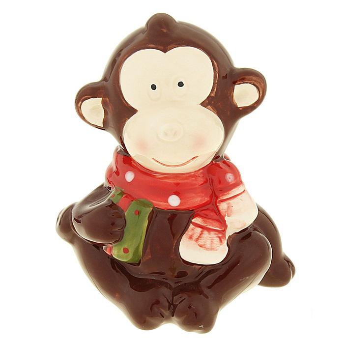 Фигурка декоративная Sima-land Обезьянка в шарфике, высота 9 см1056094_коричневыйДекоративная фигурка Sima-land Обезьянка в шарфике выполнена из керамики в виде забавной обезьянки с подарком. Он привлекает к себе внимание и буквально умиляет, заставляя улыбнуться. Такой сувенир станет отличным подарком родным или друзьям на Новый год, а также он украсит интерьер вашего дома или офиса.