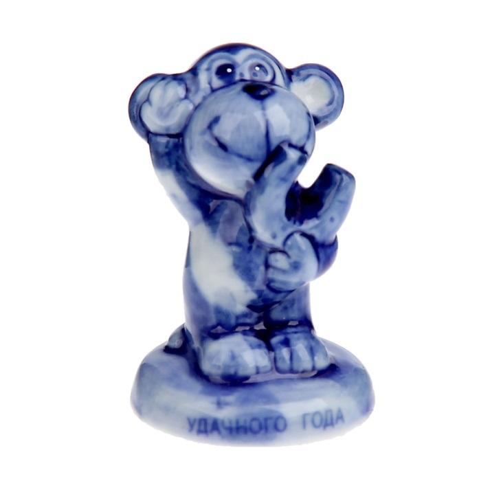 Статуэтка Sima-land Мартышка с подковой и пожеланием удачного года, высота 5,5 см1108753Статуэтка Sima-land Мартышка с подковой и пожеланием удачного года выполнена из керамики под гжель в виде забавной обезьянки, держащей подкову. Она привлекает к себе внимание и буквально умиляет, заставляя улыбнуться. Такой сувенир станет отличным подарком родным или друзьям на Новый год, а также он украсит интерьер вашего дома или офиса.