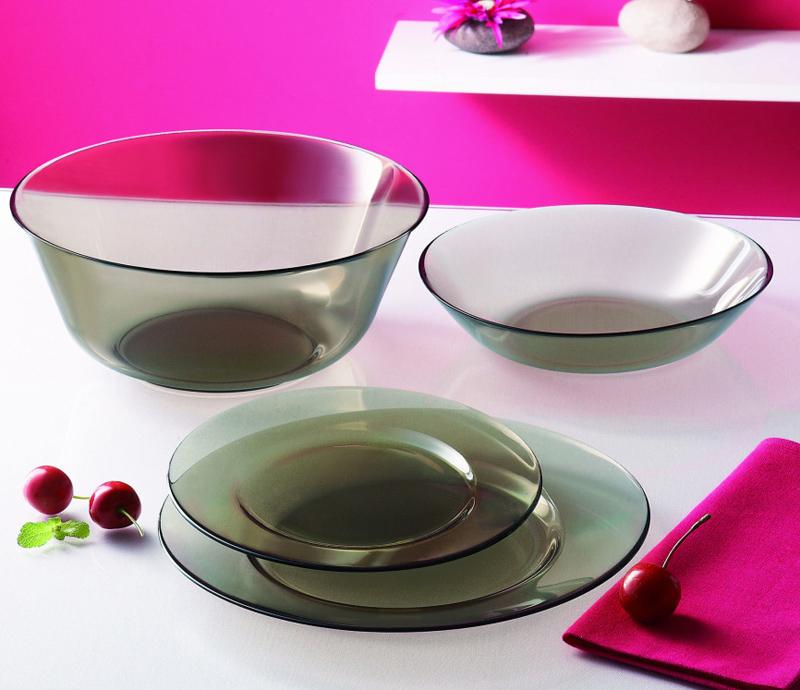 Набор столовой посуды Luminarc Carine Eclipse, 19 предметовH0431Набор Luminarc Carine Eclipse состоит из 6 суповых тарелок, 6 обеденных тарелок, 6 десертных тарелок и глубокого салатника. Изделия выполнены из ударопрочного стекла, имеют изящную квадратную форму с закругленными краями. Посуда отличается прочностью, гигиеничностью и долгим сроком службы, она устойчива к появлению царапин и резким перепадам температур. Такой набор прекрасно подойдет как для повседневного использования, так и для праздников или особенных случаев. Набор столовой посуды Luminarc Carine Eclipse - это не только яркий и полезный подарок для родных и близких, а также великолепное дизайнерское решение для вашей кухни или столовой. Можно мыть в посудомоечной машине и использовать в микроволновой печи. Размер суповой тарелки: 21 см. Высота суповой тарелки: 3,5 см. Размер обеденной тарелки: 26 см. Высота обеденной тарелки: 2,3 см. Размер десертной тарелки: 19 см. Высота десертной тарелки:...