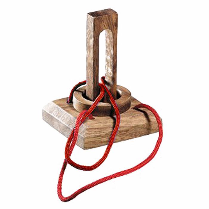 Dilemma Головоломка Кольцо в ловушкеIQ875Головоломка Dilemma Кольцо в ловушке, выполненная из дерева и текстиля, станет отличным подарком всем любителям головоломок! Снимите кольцо с веревки. Использование ножниц запрещено... Получилось? Попробуйте завязать ее обратно. Слишком сложно? Воспользуйтесь подсказкой из предложенного решения. Игра рассчитана на одного игрока. Головоломка Dilemma Кольцо в ловушке стимулирует логику, пространственное мышление и мелкую моторику рук.