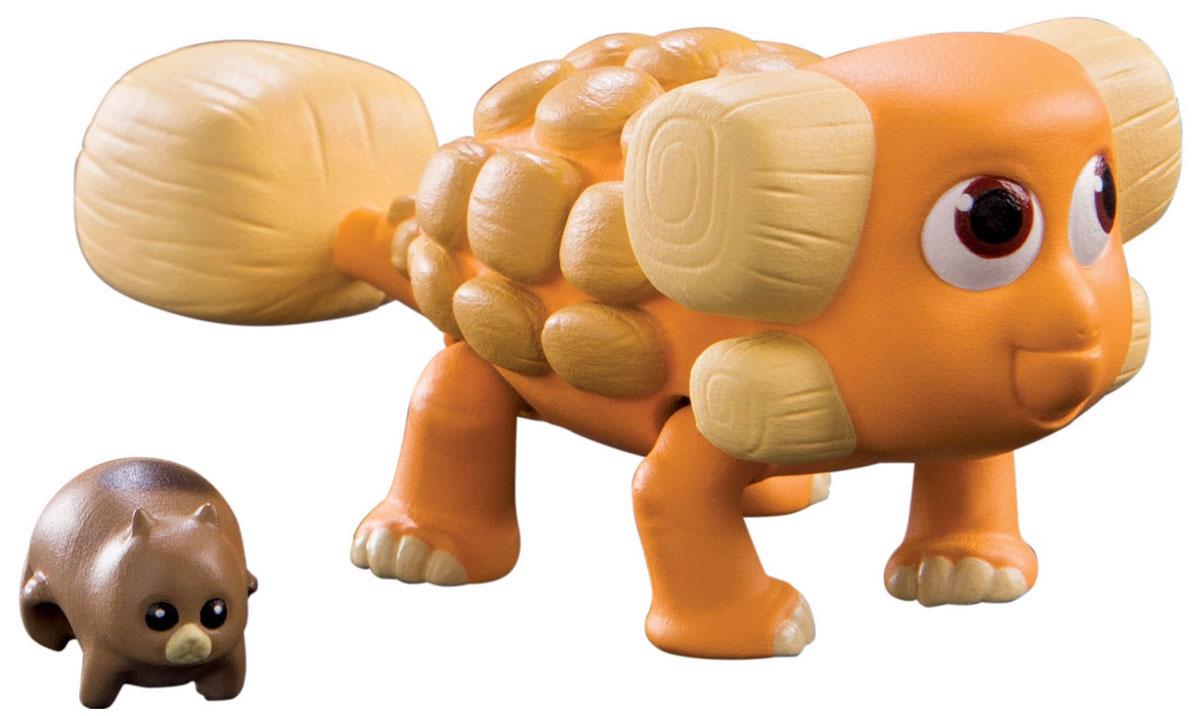 Хороший динозавр Фигурка Юный Вивиан62006Фигурка Хороший динозавр Юный Вивиан порадует юных любителей мультипликационного фильма Хороший динозавр. Мультфильм описывает увлекательные приключения апатозавра Арло, который отправился спасать мир! Анкилозавр Вивиан - один из персонажей, попадающихся ему на пути. Игрушка изготовлена из нетоксичного материала. Модель имеет подвижные ноги, массивный хвост и открывающуюся пасть. В комплект с динозавром входит маленький забавный суслик. Фигурки могут стать персонажами увлекательной сюжетно-ролевой игры, которая способствует умственному развитию ребенка. Манипуляции с ними будут развивать мелкую моторику рук и зрительную координацию движений. Ваш ребенок часами будет играть с такой игрушкой, придумывая различные истории.