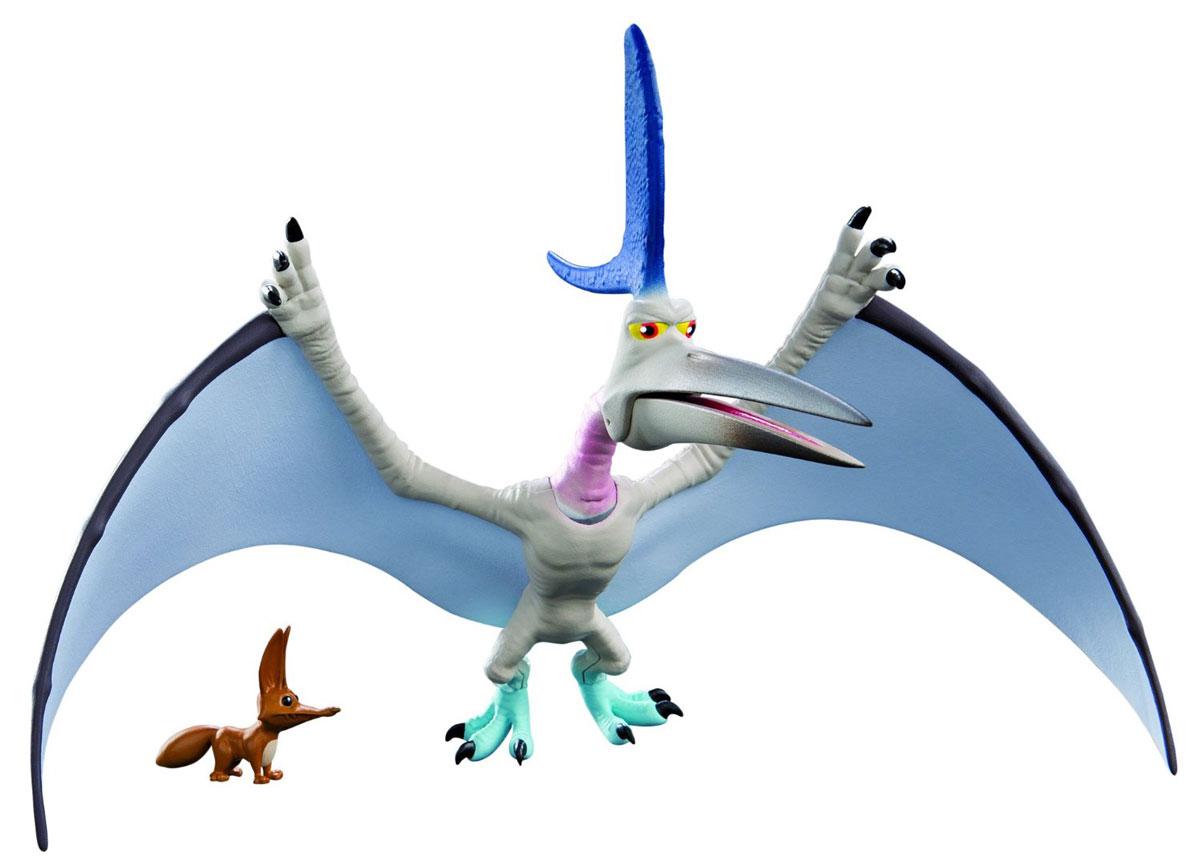 Хороший динозавр Фигурка Громоклюв62026Фигурка Хороший динозавр Громоклюв порадует юных любителей мультипликационного фильма Хороший динозавр. Мультфильм описывает увлекательные приключения динозавра Арло, который отправился спасать мир! Главарь бандитской шайки птерозавров Громоклюв - один из персонажей, который встретился ему на пути. Вместе со своими подручными он нападает на слабых. Но без отрицательных героев не получилось бы истории! У птеродактиля открывается клюв, поворачивается шея, двигаются лапы, что делает игру наиболее интересной и захватывающей. Голова хищного ящера украшена двумя фиолетовыми гребнями. В комплект с динозавром входит забавная маленькая лисичка. Игрушки изготовлены из высококачественных нетоксичных материалов, безопасных для малышей. Фигурки могут стать персонажами увлекательной сюжетно-ролевой игры, которая способствует умственному развитию ребенка. Манипуляции с ними будут развивать мелкую моторику рук и зрительную координацию движений. Ваш ребенок будет...