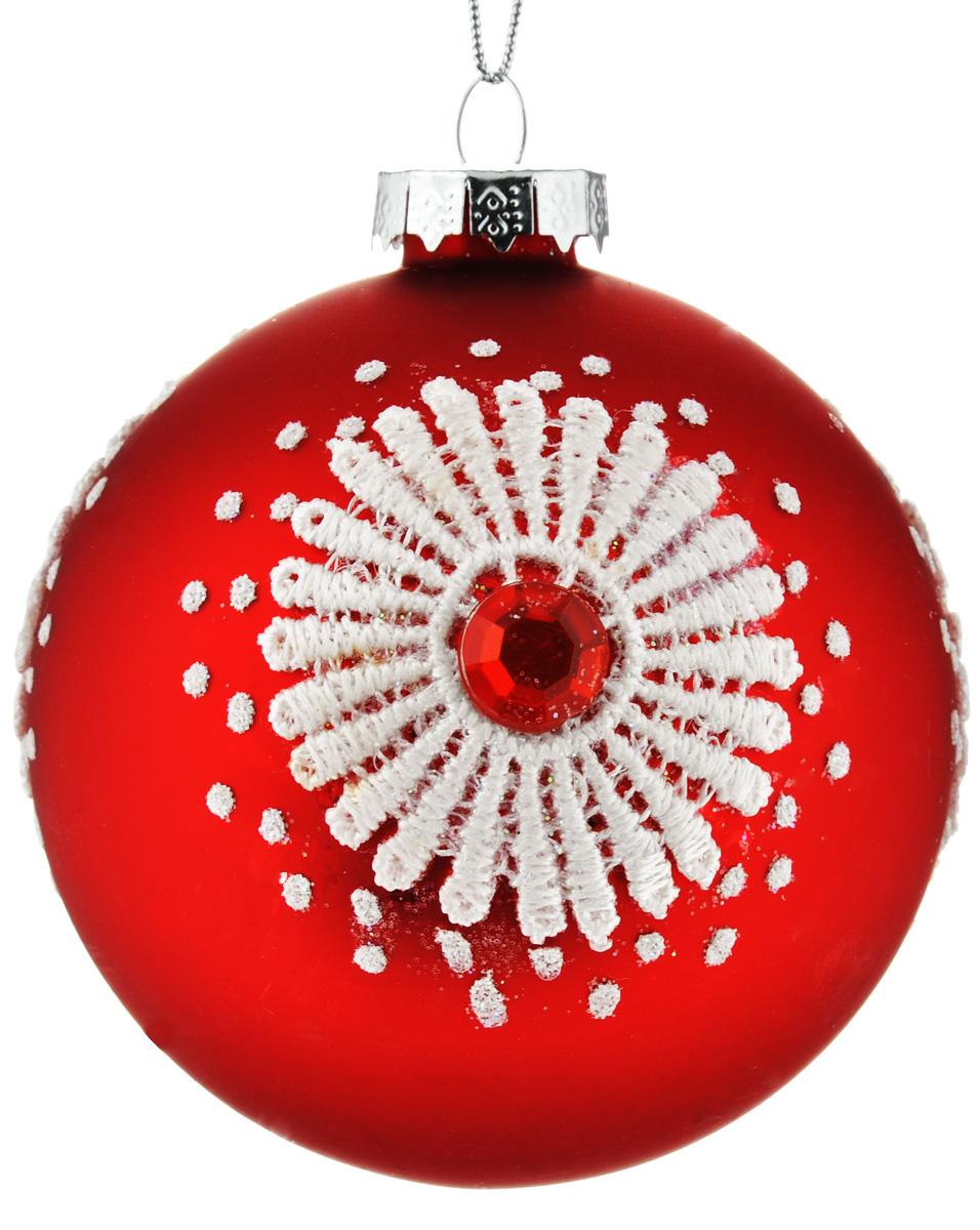Новогоднее подвесное украшение Феникс-Презент Кружева, диаметр 8 см38417Новогоднее украшение Феникс-Презент Кружева отлично подойдет для декорации вашего дома и праздничной ели. Изделие выполнено из стекла в виде шара, декорированного оригинальным узором, и оснащено текстильной петелькой для подвешивания. Елочная игрушка - символ Нового года. Она несет в себе волшебство и красоту праздника. Создайте в своем доме атмосферу веселья и радости, украшая всей семьей новогоднюю елку нарядными игрушками, которые будут из года в год накапливать теплоту воспоминаний.