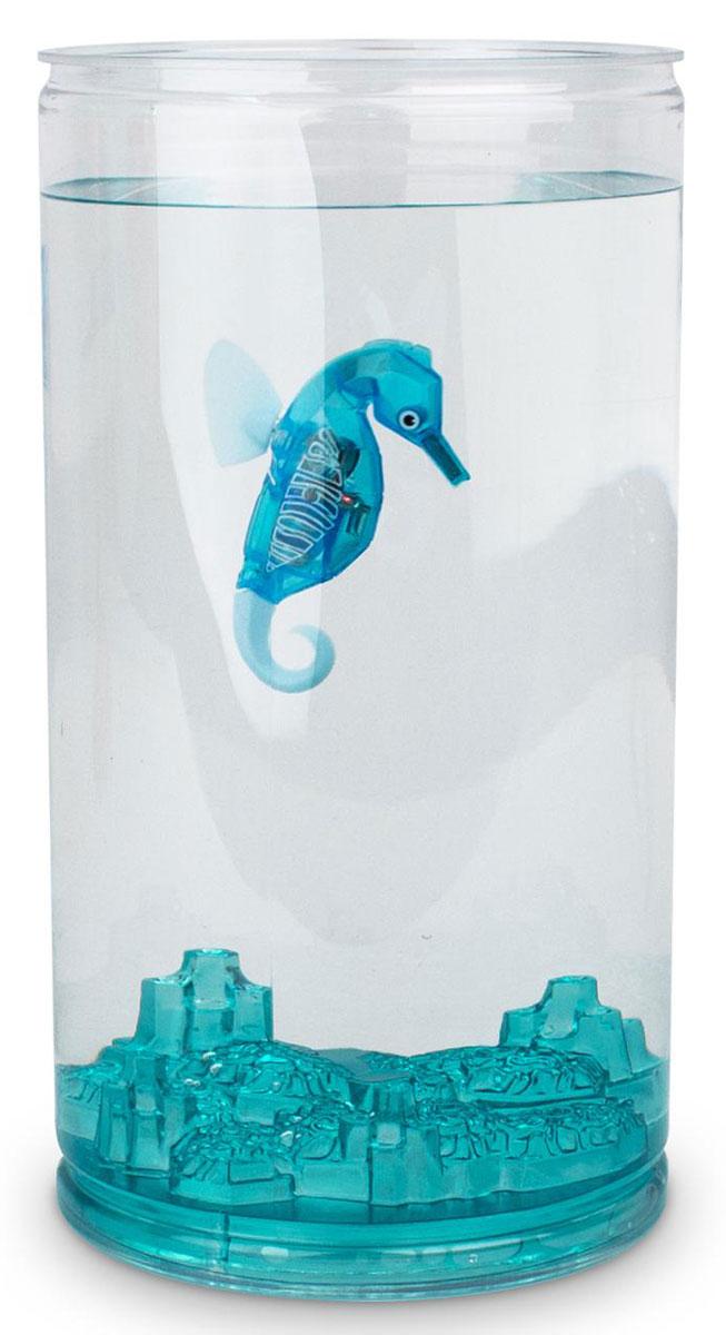 Hexbug Игровой набор Морской конек с большим аквариумом цвет синий460-4226_3Набор Aqua Bot Морской конек с аквариумом это микроробот «Aquabot Морской конек» и пластиковый аквариум для него. Микро-робот Морской конек является новинкой в линейке Aquabot. Он плавает в толще воды, время от времени погружается глубже и всплывает к поверхности, светится встроенным светодиодом. Через пять минут засыпает и уходит в энергосберегающий режим, для продолжения игры нужно постучать по аквариуму или вынуть игрушку из воды и погрузить снова.
