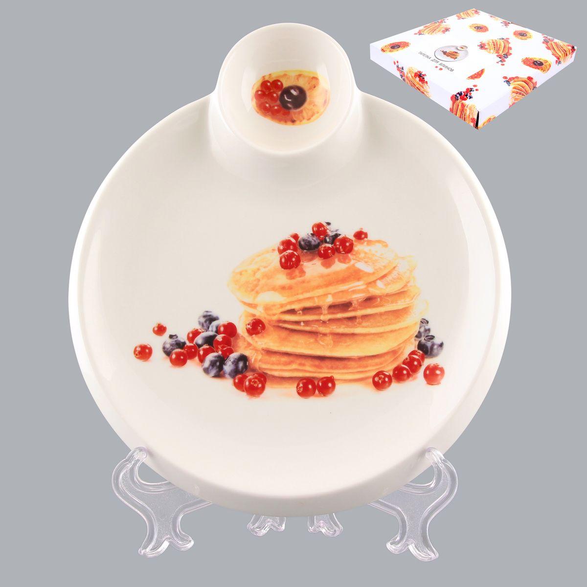 Тарелка для блинов Elan Gallery Блины с ягодами, с соусницей, диаметр 20 см101220Круглая тарелка Elan Gallery Блины с ягодами, изготовленная из керамики и декорированная ярким и аппетитным изображением, позволит красиво подать блины. А благодаря небольшой соуснице вам не потребуется дополнительной посуды под варенье или соус. Такая тарелка украсит сервировку вашего стола и подчеркнет прекрасный вкус хозяина, а также станет отличным подарком. Диаметр тарелки: 20 см. Высота: 2 см. Диаметр соусницы: 6 см.