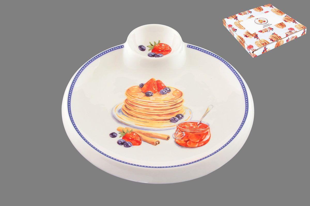 Тарелка для блинов Elan Gallery Блины с банкой варенья, с соусницей, диаметр 20 см101260Круглая тарелка Elan Gallery Блины с банкой варенья, изготовленная из керамики и декорированная ярким и аппетитным изображением, позволит красиво подать блины. А благодаря небольшой соуснице вам не потребуется дополнительной посуды под варенье или соус. Такая тарелка украсит сервировку вашего стола и подчеркнет прекрасный вкус хозяина, а также станет отличным подарком. Диаметр тарелки: 20 см. Высота: 2 см. Диаметр соусницы: 6 см.