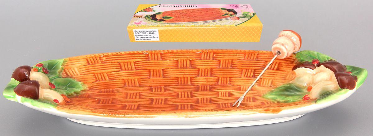 Селедочница Elan Gallery Грибы, с вилочкой110701Сервировочное блюдо из коллекции Грибы оригинально украсит ваш стол или кухню. Впишется в любой интерьер, особенно на даче. Размер блюда позволит подать как нарезку, так и целое горячее блюдо. Шпажка с необыкновенным держателем в виде грибочка удобна в использовании. Можно использовать в микроволновой печи и посудомоечной машине. Размер селедочницы: 27 см х 10 см х 3 см. Размер вилочки: 9 см х 2 см х 0,5 см.