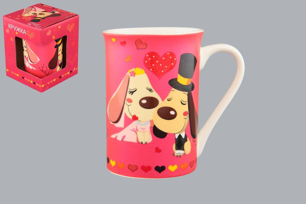 Кружка Elan Gallery Влюбленные собачки, цвет: розовый, 250 мл410098Кружка Elan Gallery Влюбленные собачки может быть использована в повседневной жизни, а может быть подарена в качестве валентинки в день Святого Валентина. Изделие имеет подарочную упаковку. Объем: 250 мл.
