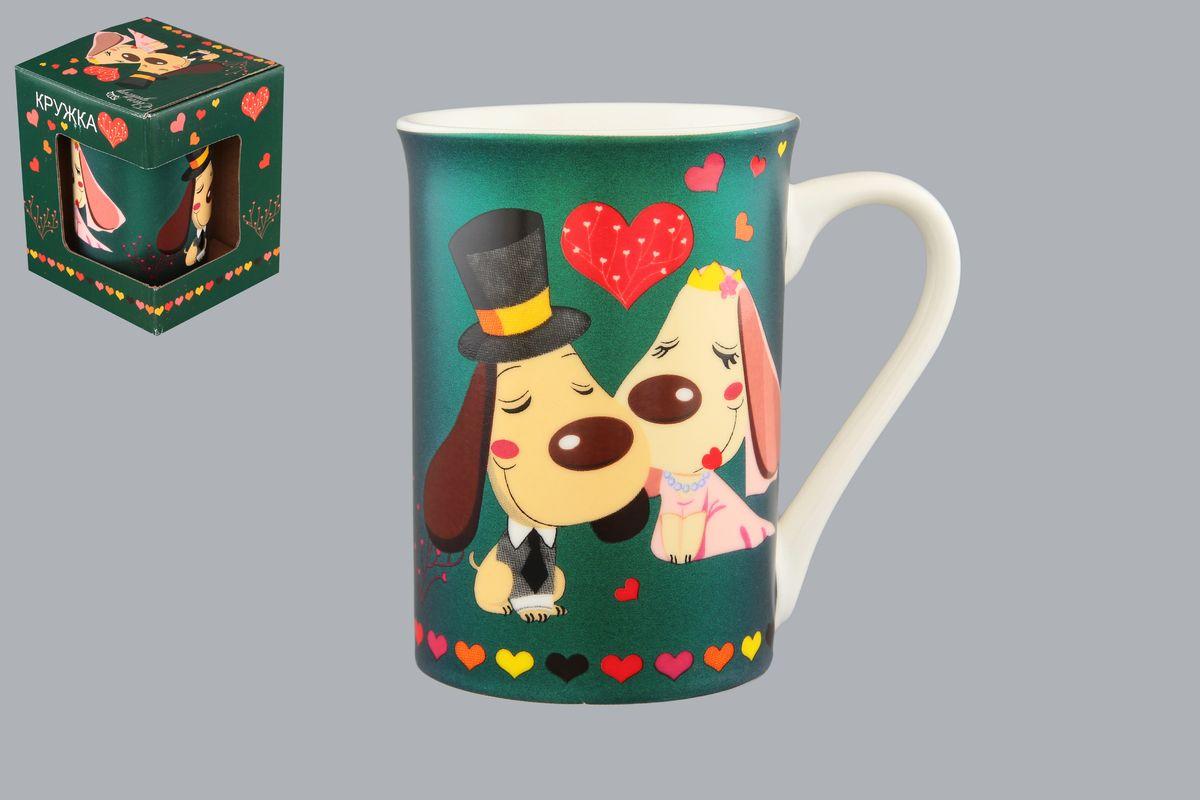 Кружка Elan Gallery Влюбленные собачки, цвет: зеленый, 250 мл410099Кружка Elan Gallery Влюбленные собачки может быть использована в повседневной жизни, а может быть подарена в качестве валентинки в день Святого Валентина. Изделие имеет подарочную упаковку. Объем: 250 мл.