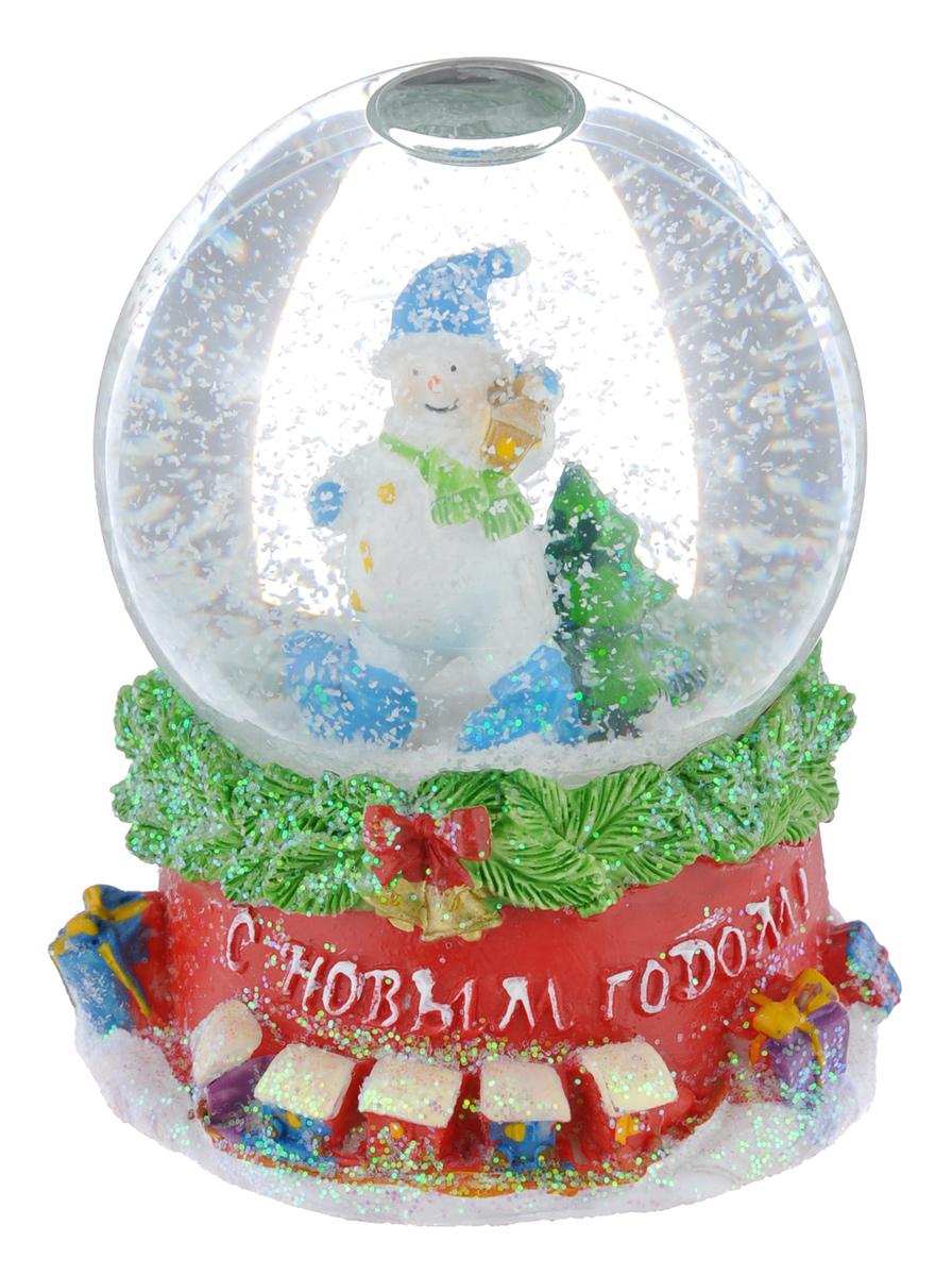 Новогодний водяной шар Феникс-презент Снеговик с фонарем, диаметр 6,5 см38357Новогодний водяной шар Феникс-презент Снеговик с фонарем прекрасно подойдет для праздничного декора вашего дома. Изделие представляет собой прозрачную сферу с безопасной и нетоксичной жидкостью внутри. Шар помещен на подставку, выполненную из полирезина. Шар оформлен фигурками Снеговика и новогодней ели. Если потрясти его, то маленькие снежинки и блестки придут в движение, создавая имитацию снегопада. Такой шар поможет вам украсить дом в преддверии Нового года, а также станет приятным подарком, который надолго сохранит память этого волшебного времени года.
