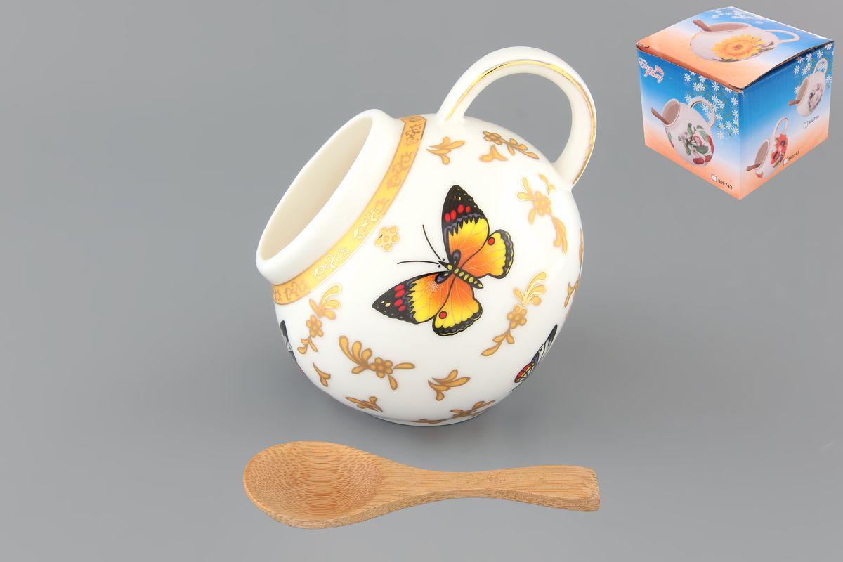 Банка для соли Elan Gallery Бабочки, с ложкой, 300 мл503703Банка для соли Elan Gallery Бабочки, изготовленная из высококачественной керамики, подойдет не только для соли, но и для сахара, специй и даже меда. Благодаря наклонной форме и ручке, она очень удобна в использовании. Изделие оформлено рисунком с изображением бабочек. В комплект входит деревянная ложечка. Такая банка для соли стильно оформит интерьер кухни. Диаметр (по верхнему краю): 5 см. Высота (с учетом ручки): 10 см. Длина ложки: 10 см.