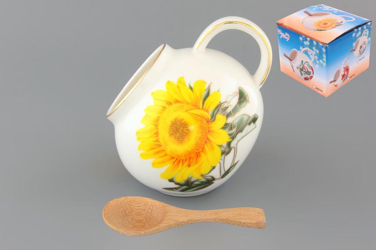 Банка для соли Elan Gallery Желтый подсолнух, с ложкой, 300 мл503705Банка для соли Elan Gallery Желтый подсолнух, изготовленная из высококачественной керамики, подойдет не только для соли, но и для сахара, специй и даже меда. Благодаря наклонной форме и ручке, она очень удобна в использовании. Изделие оформлено рисунком с изображением подсолнухов. В комплект входит деревянная ложечка. Такая банка для соли стильно оформит интерьер кухни. Диаметр (по верхнему краю): 5 см. Высота (с учетом ручки): 10 см. Длина ложки: 10 см.