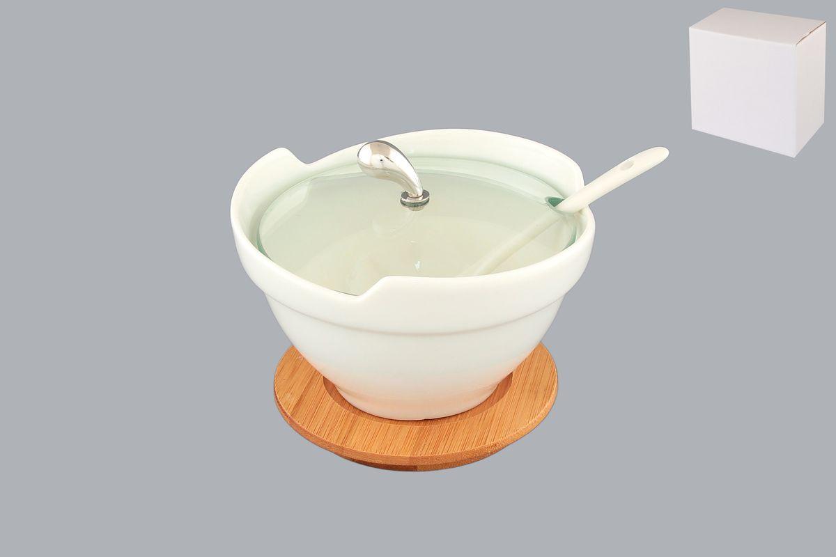 Блюдо Elan Gallery Снежная королева, с крышкой и ложкой, 250 мл. 540030540030Великолепное блюдо Elan Gallery Снежная королева со стеклянной крышкой идеально подойдет для сервировки соусов, специй, варенья или меда. Блюдо изготовлено из высококачественной керамики. В комплект входит деревянная подставка, которая позволит сервировать праздничный стол в стиле прованс или станет изящным аксессуаром на вашей кухне и керамическая ложка. Оригинальное блюдо украсит сервировку вашего стола и подчеркнет прекрасный вкус хозяйки. Диаметр блюда по верхнему краю: 12 см Высота блюда: 6,5 см Диаметр подставки: 9,5 Длина ложки: 13 см.