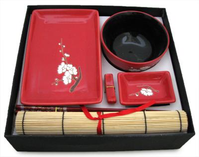 Набор для суши на одну персону Цветок сакуры на красном 6 предметов. 940009940009Набор для суши идеален в качестве подарка любителям восточной кухни. В комплекте одно блюдо для суши, одно блюдо для соуса, один коврик, одна подставка для палочек, одна пиала, один набор палочек. Набор оформлен в традиционных цветах Востока и впишется в любой интерьер. Можно использовать в микроволновой печи. Изделие в подарочной упаковке.