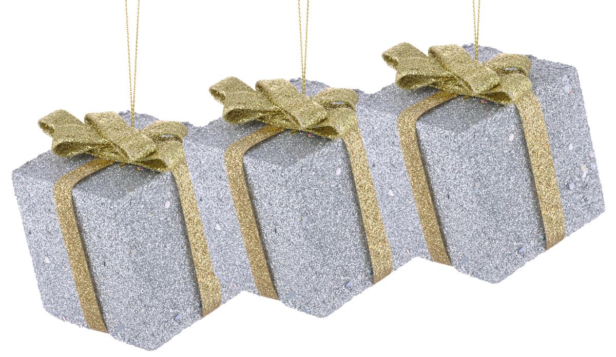 Набор новогодних подвесных украшений EuroHouse Подарок, цвет: серебристый, золотистый, 6 х 6 см, 3 штЕХ7435_серебристыйНабор новогодних подвесных украшений EuroHouse Подарок, изготовленный из пенопласта, прекрасно подойдет для праздничного декора новогодней ели. Набор состоит из 3 украшений в виде подарочных коробок, которые оформлены блестками. Для удобного размещения на елке для каждого украшения предусмотрена текстильная петелька. Елочная игрушка - символ Нового года. Она несет в себе волшебство и красоту праздника. Создайте в своем доме атмосферу веселья и радости, украшая новогоднюю елку нарядными игрушками, которые будут из года в год накапливать теплоту воспоминаний. Откройте для себя удивительный мир сказок и грез. Почувствуйте волшебные минуты ожидания праздника, создайте новогоднее настроение вашим дорогим и близким. Размер украшения: 6 см х 6 см х 6 см.