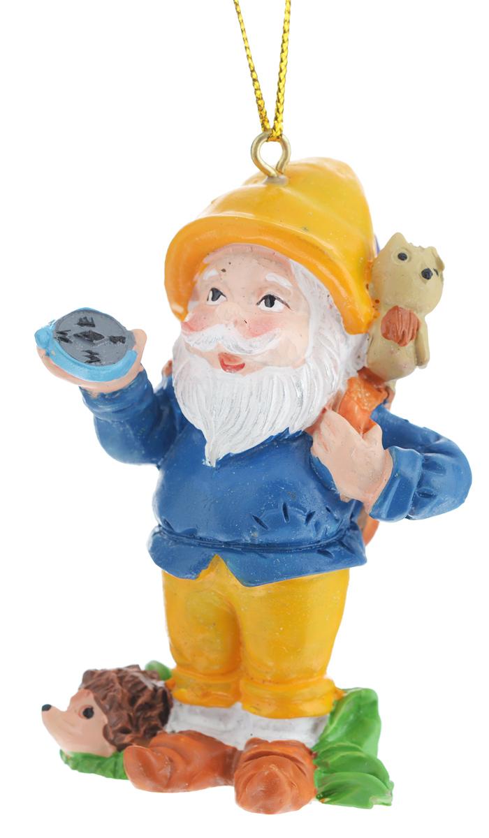 Новогоднее подвесное украшение Феникс-презент Гном-путешественник38980Новогоднее украшение Феникс-презент Гном-путешественник, изготовленное из высококачественного полирезина, прекрасно подойдет для праздничного декора дома и новогодней ели. С помощью специальной текстильной петельки его можно повесить в любом понравившемся вам месте. Елочная игрушка - символ Нового года. Она несет в себе волшебство и красоту праздника. Создайте в своем доме атмосферу веселья и радости, украшая новогоднюю елку нарядными игрушками, которые будут из года в год накапливать теплоту воспоминаний.