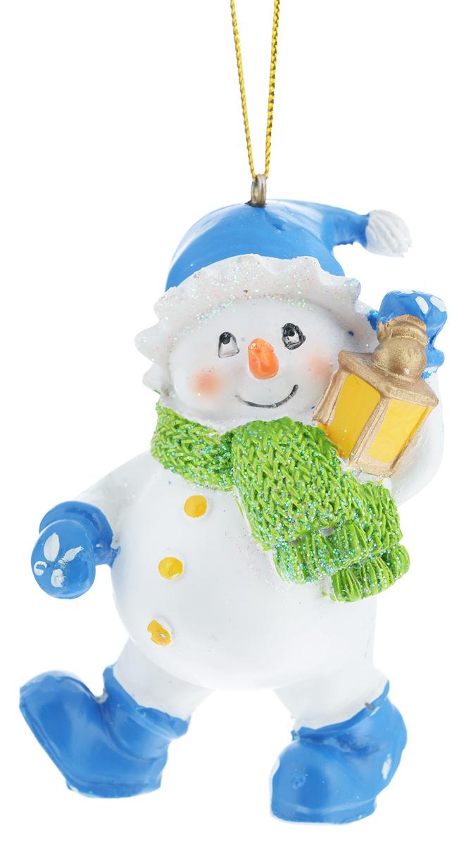 Новогоднее подвесное украшение Феникс-презент Снеговик с фонариком38321Новогоднее украшение Феникс-презент Снеговик с фонариком отлично подойдет для декорации вашего дома и праздничной ели. Изделие выполнено из полирезина в виде снеговика в шапке и шарфе, с фонарем в руке и оснащено текстильной петелькой для подвешивания. Елочная игрушка - символ Нового года. Она несет в себе волшебство и красоту праздника. Создайте в своем доме атмосферу веселья и радости, украшая всей семьей новогоднюю елку нарядными игрушками, которые будут из года в год накапливать теплоту воспоминаний.