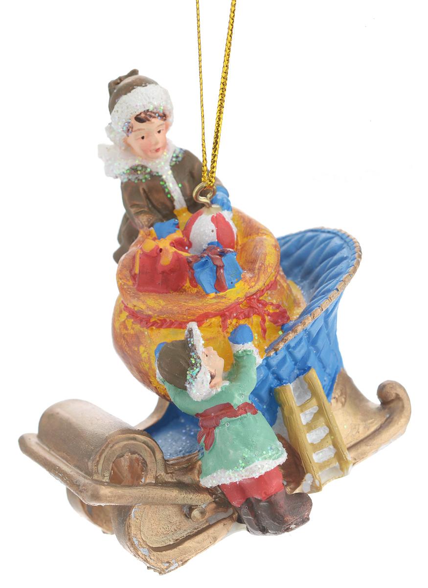 Новогоднее подвесное украшение Феникс-презент Дети и подарки38324Новогоднее украшение Феникс-презент Дети и подарки, изготовленное из высококачественного полирезина, прекрасно подойдет для праздничного декора дома и новогодней ели. С помощью специальной текстильной петельки его можно повесить в любом понравившемся вам месте. Елочная игрушка - символ Нового года. Она несет в себе волшебство и красоту праздника. Создайте в своем доме атмосферу веселья и радости, украшая новогоднюю елку нарядными игрушками, которые будут из года в год накапливать теплоту воспоминаний.