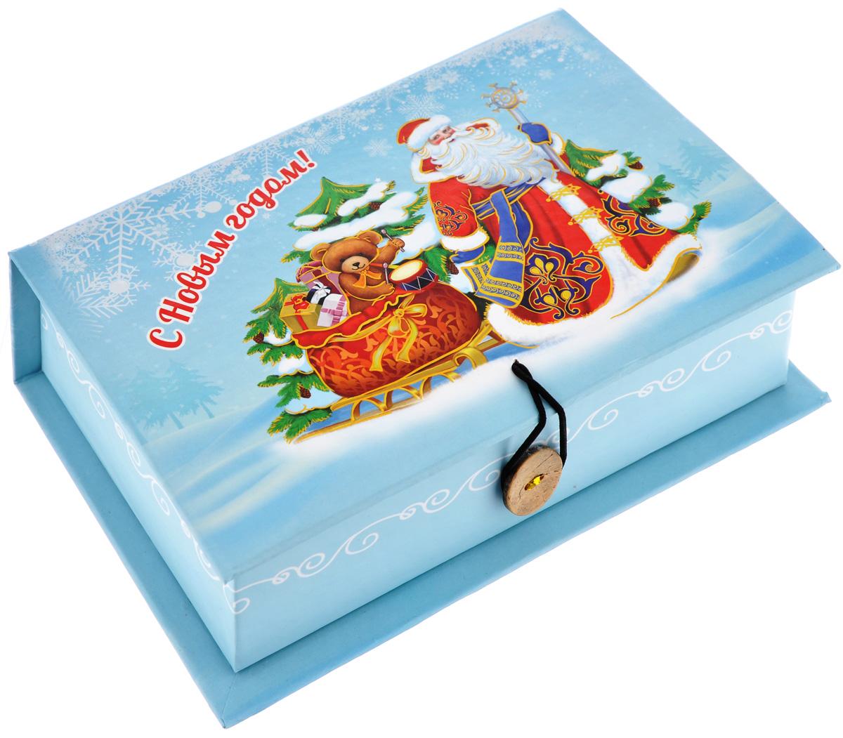 Подарочная коробка Феникс-Презент Дед Мороз и медвежонок, 18 см х 12 см х 5 см39265Подарочная коробка Феникс-Презент Дед Мороз и медвежонок выполнена из плотного картона. Крышка оформлена ярким изображением Деда Мороза с подарками. Коробка закрывается на пуговицу. Подарочная коробка - это наилучшее решение, если вы хотите порадовать ваших близких и создать праздничное настроение, ведь подарок, преподнесенный в оригинальной упаковке, всегда будет самым эффектным и запоминающимся. Окружите близких людей вниманием и заботой, вручив презент в нарядном, праздничном оформлении.