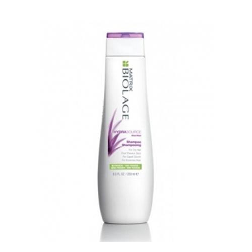 Matrix Biolage Hydrasource Шампунь 250млE0956600Увлажняющий Шампунь Гидрасурс бережно очищает,питает и оптимизирует гидробаланссухих волос. Возвращает волосам мягкость и блеск, обеспечивает контроль над пушистостью волос. В основе экстракт алоэ, которой способен длительно увлажнять волосы, удерживая влагу изнутри. Hydrasource - Гамма для увлажнения сухих волос Вдохновение для инновационной биоформулы: Способность алоэ надолго удерживать влагу. Волосы в 15 раз более увлажненные после 1 использования