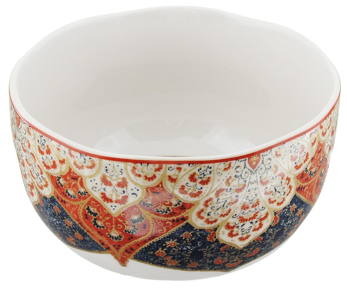 Салатница Utana Кашан Сиена, цвет: белый, синий, красный, диаметр 15,5 смUTKS41640Салатница Utana Кашан Сиена изготовлена из высококачественной керамики. Внешняя стенка и дно украшены изысканным узором. Такая салатница прекрасно подходит для холодных и горячих блюд: каш, хлопьев, супов, салатов. Она дополнит коллекцию вашей кухонной посуды и будет служить долгие годы. Яркая салатница станет украшением вашего стола и прекрасно подойдет для использования, как дома, так и на даче или пикниках. Можно использовать в микроволновой печи и посудомоечной машине. Диаметр салатницы по верхнему краю: 15,5 см. Высота стенки: 9 см.