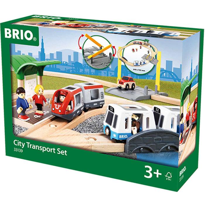 Brio Железная дорога Городской транспорт33139Вашему ребенку обязательно понравится железная дорога Brio Городской транспорт. Этот игровой набор позволит построить большую железную дорогу для городского рельсового транспорта с остановкой, мостом и переездом. В комплект входит локомотив, 3 вагона, машинка, остановка, мост, переезд, 4 фигурки, элементы железнодорожного полотна. Железные дороги позволяют ребенку не только получать удовольствие от игры, но и развивать пространственное воображение, мелкую моторику и координацию движений. Набор совместим со всеми железными дорогами и паровозиками Brio.